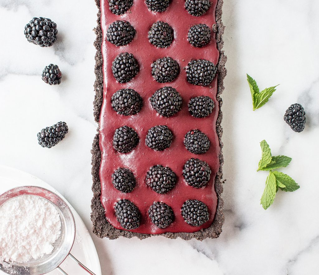 No-Bake Chocolate Blackberry Tart (with an Oreo crust!) | yestoyolks.com